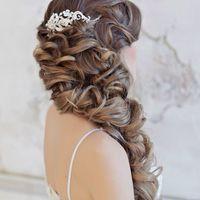 Свадебная прическа собранная на одну сторону.