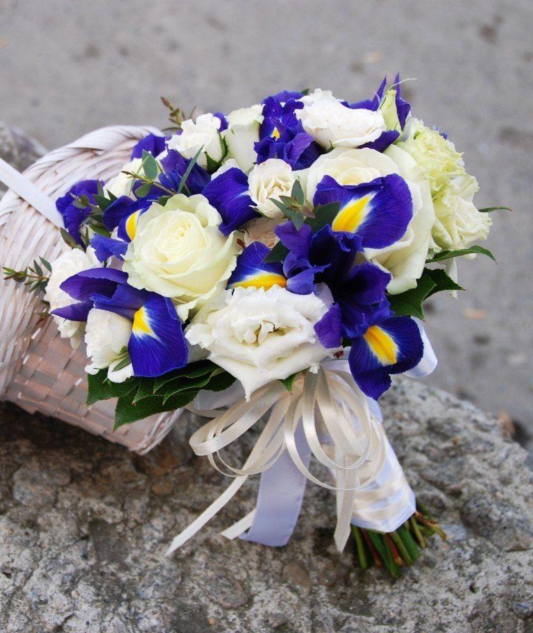 Фрезии, свадебный букет голубые ирисов и роз