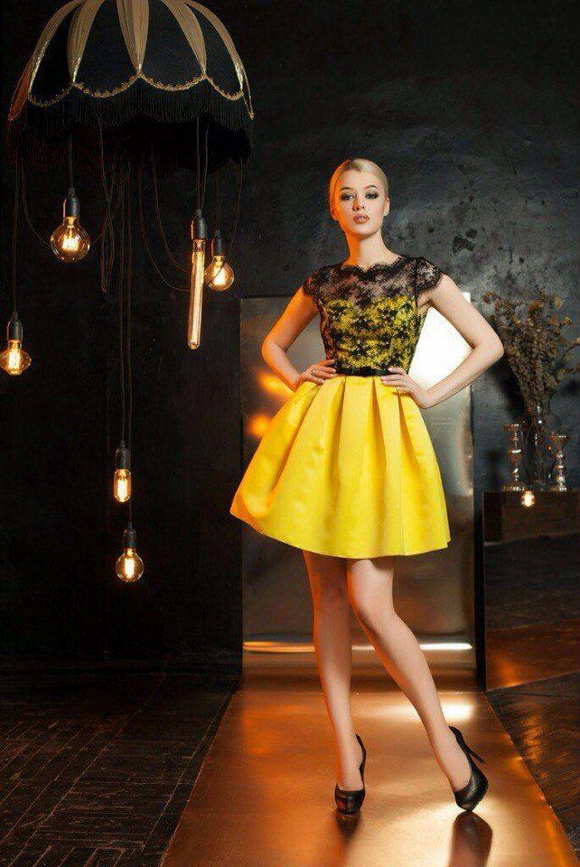 желтое платье с черным кружевом фото рутинной работы