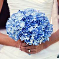 Букет невесты из голубых гортензий