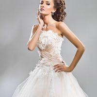 Милано 1507 Эффектное и очень нежное свадебное платье Милано. Талию очень удачно подчеркивает драпировка контрастного цвета, а лиф безумно красиво украшает россыпь лепестков из органзы. В нём вы будете чувствовать себя настоящей принцессой!