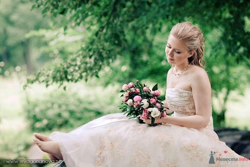 Невеста в белом длинном платье сидит с букетом цветов в лесу - фото 56676 роза ветров