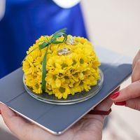 Желтая цветочная подушечка для колец