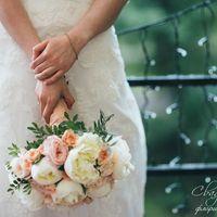 11.06.16г. - букет невесты Елены из пионов, пионовидных и кустовых роз, гвоздики и декоративной зелени.