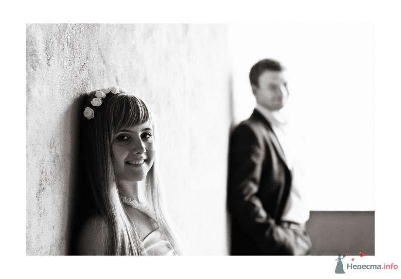 Жених и невеста стоят недалеко друг от друга на белом фоне - фото 56718 Dorogysha