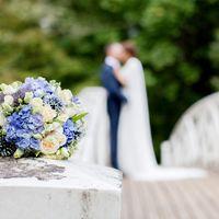 Букет невесты в круглом стиле из розово-белых роз, ярко-голубых гортензий, зеленого лигустрма и голубых эрингиумов