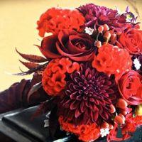Яркий красный букет невесты из роз и астр