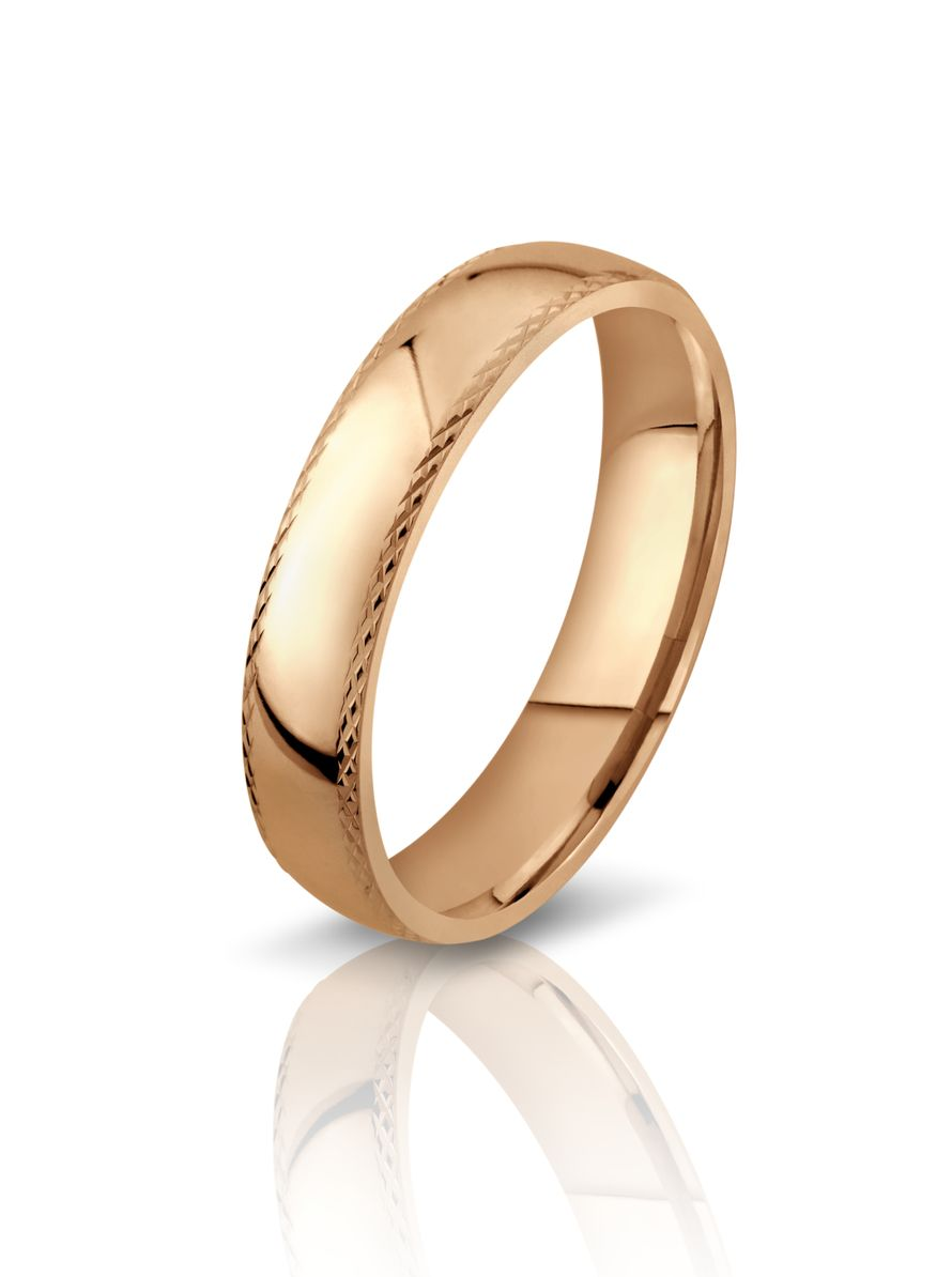"""Обручальное кольцо в классическом стиле, на белом фоне. - фото 823579 Ювелирный салон """"Малахитовая шкатулка"""""""