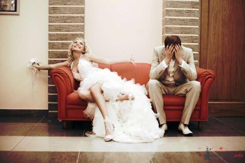 Жених и невеста сидят на красном диване - фото 51880 barbie
