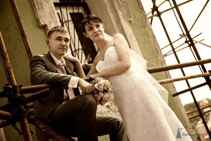 Жених и невеста стоят, прислонившись друг к другу, на фоне  здания - фото 43496 Santei
