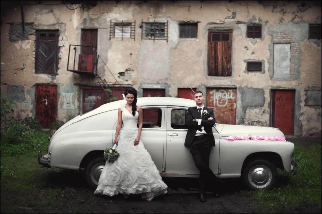 Белый ретромобиль на фоне заброшенного здания рядом с парой молодоженов. - фото 1763781 Фотограф Алексей Булатов