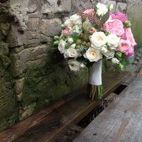 Букет невесты с   ароматными розами  и ягодами ежевики.