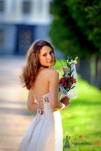 Невеста спиной в свадебном платье А-силуэта с корсетом на шнуровке.