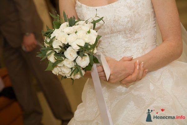 Букет невесты из белых роз и зелени, декорированный белой лентой