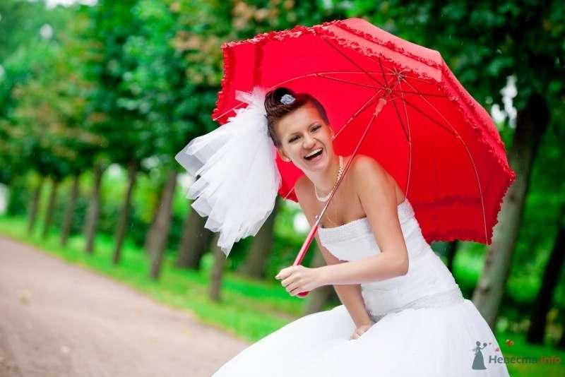 Летняя фотосессия невесты с красным зонтиком в парке - фото 62910 Спиноза