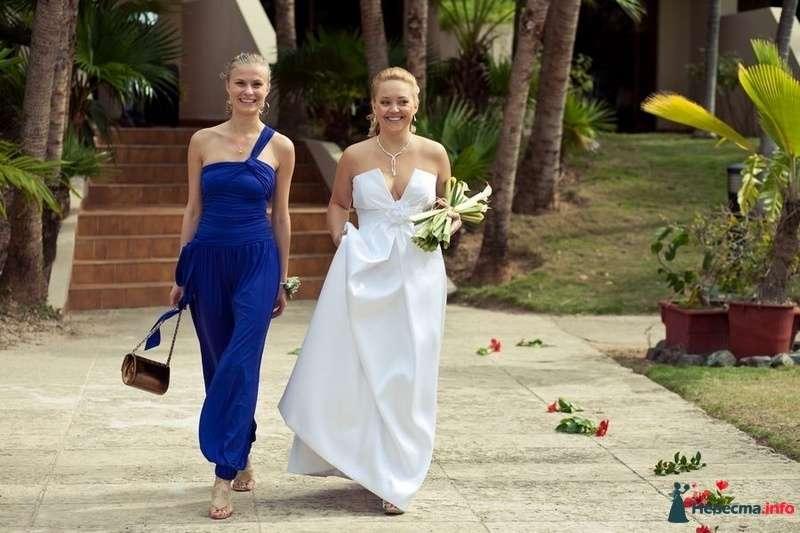 Невеста  в белом открытом длинном платье с V-образным вырезом на корсете с букетом и подружка в синем комбинезоне с одной - фото 89116 Romanetes