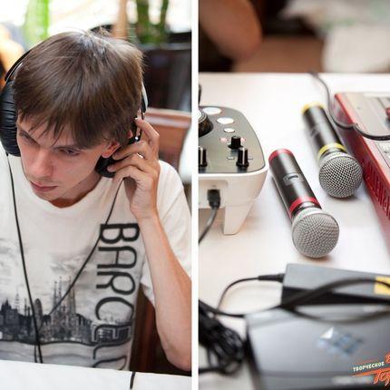 DJ с комплектом звукового оборудования