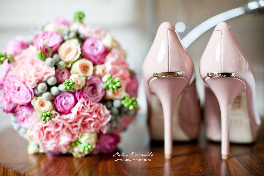 Нежно розовые туфли на высокой шпильке над каблуком маленькая брошка,стоя возле букета цветов. - фото 814835 Фотограф Ромашко Любовь