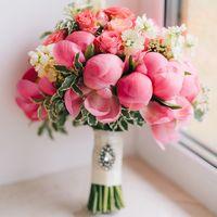 Букет невесты из коралловых пионов, кустовой розы и матиолы