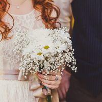 Букеты невесты из белых ромашек и гипсофилы