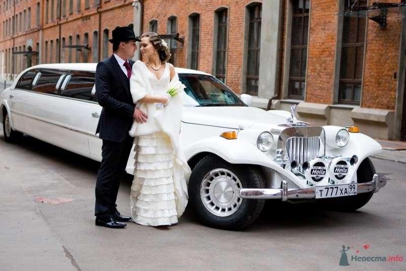Жених и невеста в ретро образах у белого лимузина в стиле ретро - фото 64050 Airum