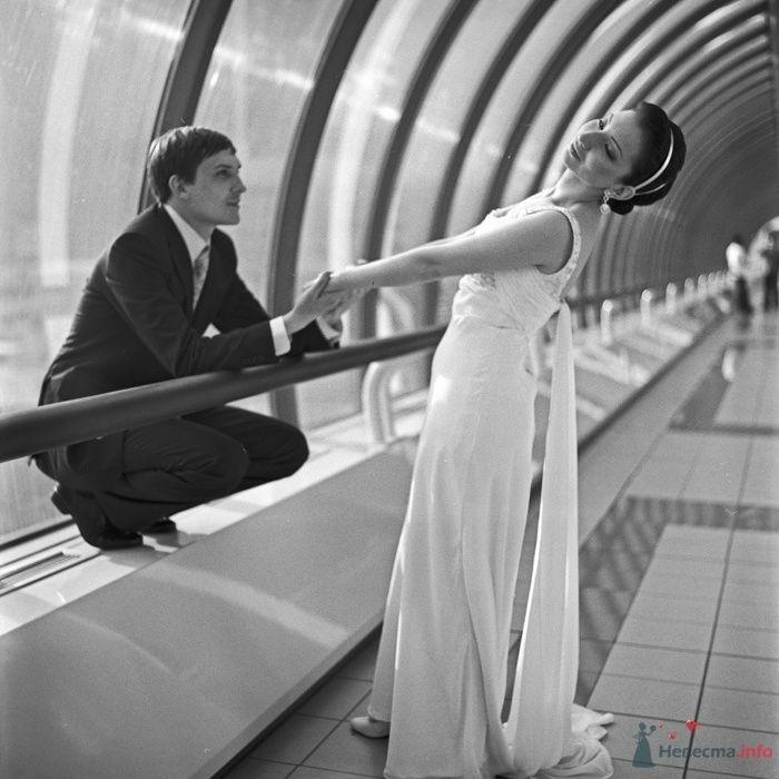 Жених и невеста, взявшись за руки, стоят в коридоре - фото 29458 Фотограф Константин Титов