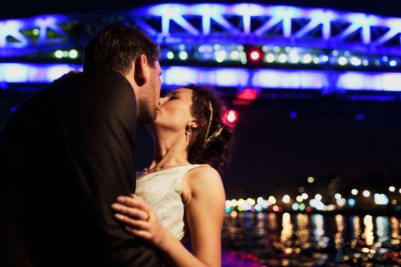 Жених и невеста, прислонившись друг к другу, стоят на фоне моста и реки - фото 76871 Фотограф Константин Титов