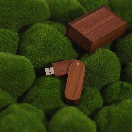 Флешка в деревянном корпусе из темного дерева