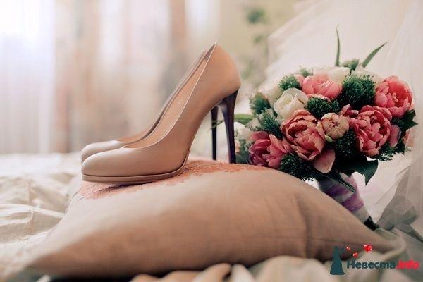 """Нежно розовые туфли на высокой черной шпильке, стоят на подушке рядом с букетом цветов. - фото 283109 """"Центральное развлекательное управление"""" - свадебное агентство"""