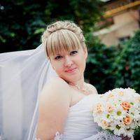 Невеста с букетом невесты из белых ромашек и розовых роз
