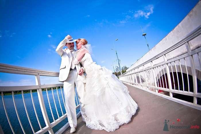 Жених и невеста, прислонившись друг к другу, стоят на мосту - фото 79988 Фотограф Наталья Шпагина