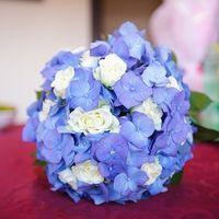 Букет невесты из голубых гортензий и белых роз