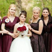 Свадебный букет: бордовые розы, фаленопсис, жемчужины
