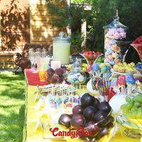 Детский день рождения на природе. Кроме сладостей на столе были напитки, ягоды и фрукты