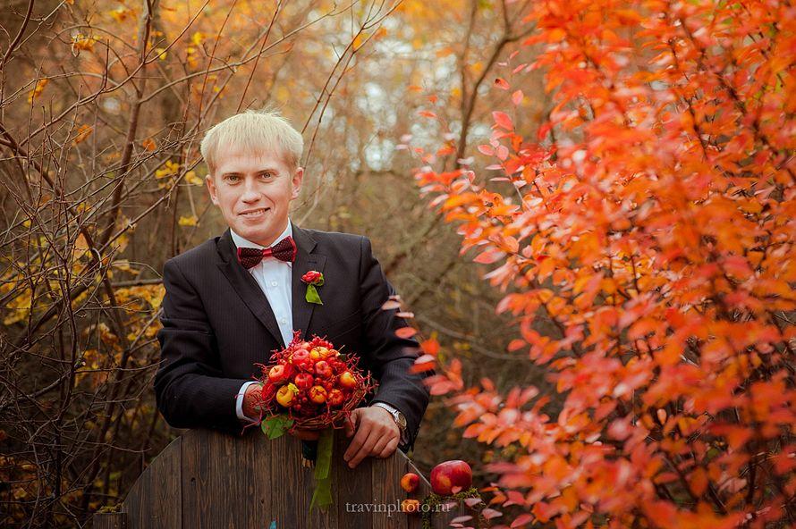 свадебная прогулка в осеннем лесу, осенняя свадьба, жених в бабочке, букет с яблоками в красно-желтой гамме - фото 2609921 Фотограф Галина Травина