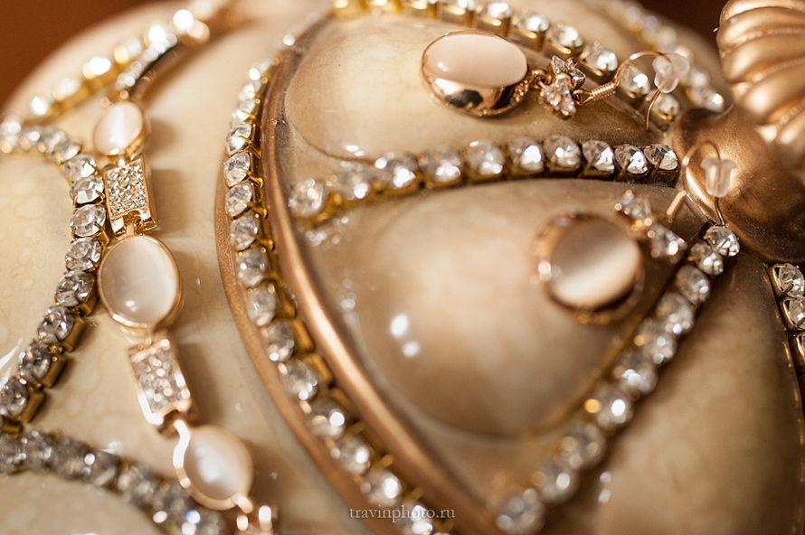Украшение для невесты - позолоченные серьги с бантиками, украшенными кристаллами и лунными камнями овальной формы. - фото 2830901 Фотограф Галина Травина