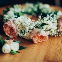 Венок невесты из пионов, кустовых роз и гипсофилы.