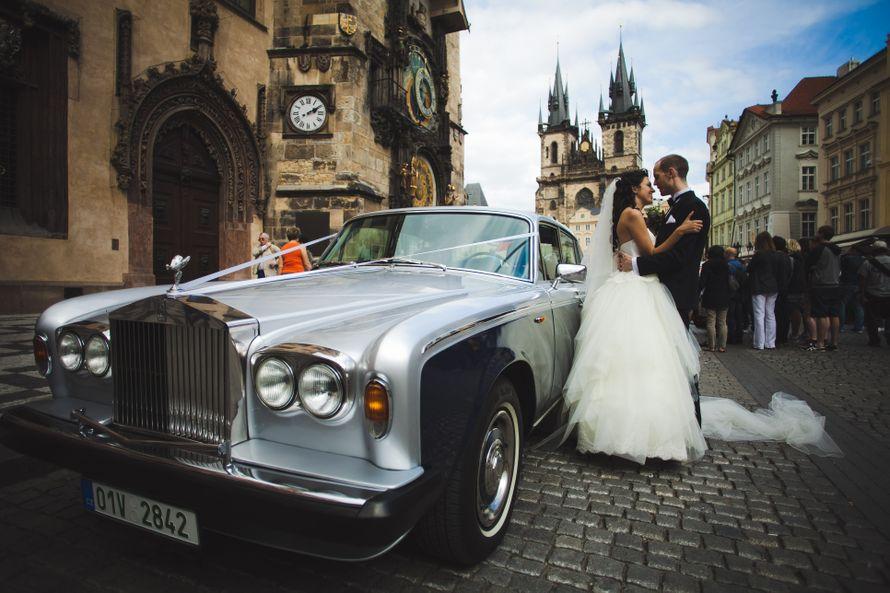 """Серебристый """"Rolls-Royce"""" украшенный лентами, на фоне старинного здания и счастливой пары. - фото 877989 Агентство Royal Wedding - свадьба в Праге и Чехии"""