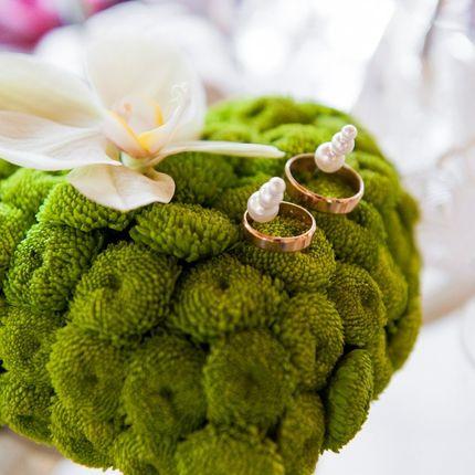 Подушечка для колец из хризантем
