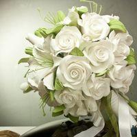 Каскадный букет с лилиями и розами. Возможно исполнение в любой цветовой гамме.