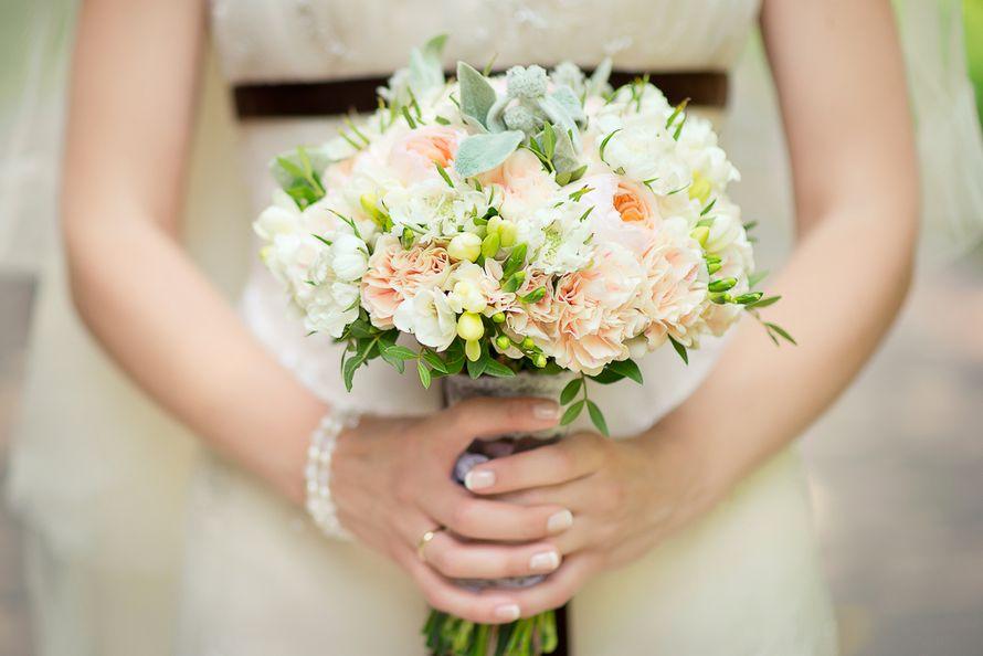Букет невесты из розовых гвоздик, роз, серебристо-зеленой цинерарии и белых фрезий - фото 1636573 Фотограф Катя Фирсова
