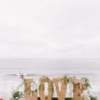 Объемные буквы вместо арки на выездной регистрации свадьбы на берегу моря