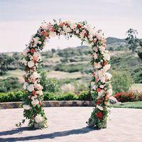 Полукруглая арка с цветами для выездной регистрации брака