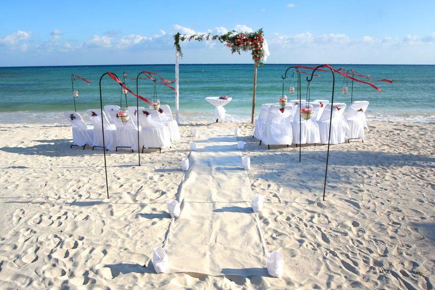 Квадратная арка с композицией из живых цветов, задрапированная белой легкой тканью, на фоне белых стульев для гостей - фото 676169 Гелена Дёмель - свадебный координатор в Мексике