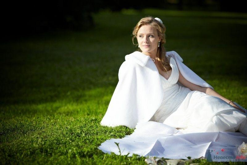 Невеста в белом длинном платье сидит на траве - фото 47795 Невеста01
