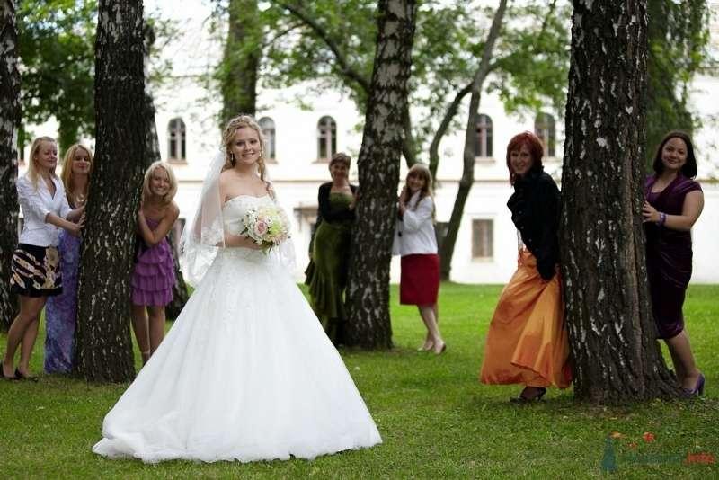 Невеста в белом длинном платье стоит в парке - фото 61295 Невеста01