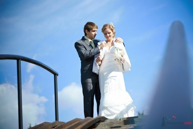 Жених и невеста, прислонившись друг к другу, стоят на фоне голубого - фото 64584 Невеста01