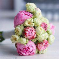 Букет из пионов и кустовых пионовидных роз