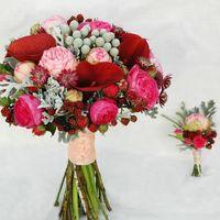 Букет невесты + бутаньерка. Букет невесты из розовых роз,калл,брунии,ягод,розовых ранункулюсов.
