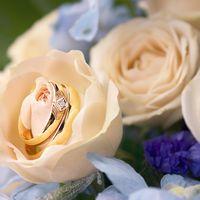 Обручальные кольца в бутоне свадебного букета